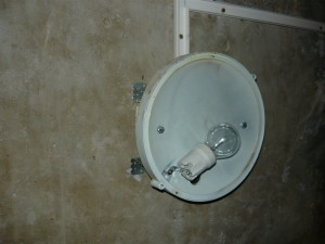 установленный корпус светильника