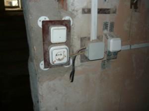 Монтаж розетки и выключателей