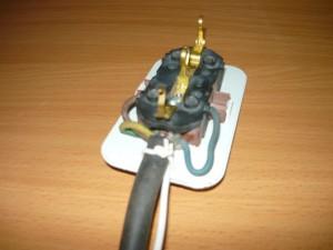 Фиксация кабеля к основанию розетки