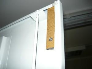 Закрепленный брусок из дерева на двери для срабатывания концевого выключателя