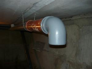 Подвод канализационной трубы поверху подвала