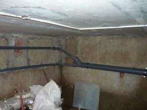 Соединение двух канализационных труб от умывальников