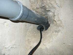 Проход питающего провода через монтажный канал в блоке