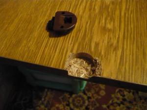 Выломанная защелка верхней части двери шкафа