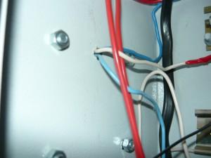 Монтаж фазного провода через отверстие