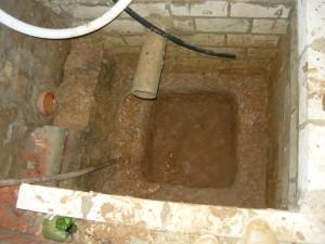 Вырытая яма в приямке