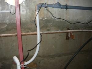 Подсоединение шланга к сливному трубопроводу через обратный клапан