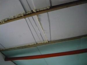 Запенивание щелей между пенопластом и крепление листов гипсокартона