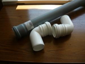 Пятидесятимиллиметровая труба двумя угловыми соединителями