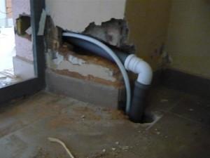 Пропускание водопроводной и канализационной труб через пробитый проход в стене