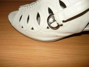 Установленный фиксатор на застежке туфли