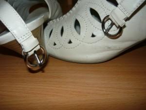 Отремонтированная застежка туфли