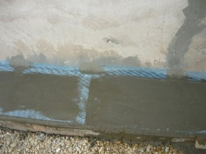 Монтаж сетки на бетонную отмостку дома