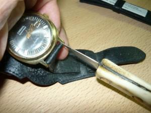 Снятие замка со старого ремешка часов при помощи ножа