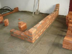 Начало кирпичной кладки по бетонному полу