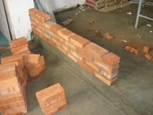 Начало кладки перегородки к торцу стены тамбура