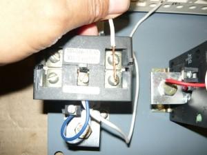 Подсоединение провода на среднюю клемму