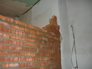 Стык между стеной дома и торцом кирпичной перегородки