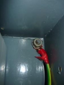Вид на подсоединение заземления к корпусу ящика