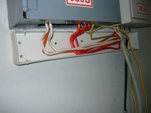 Смонтированный кабель-канал под ящиком со счетчиком