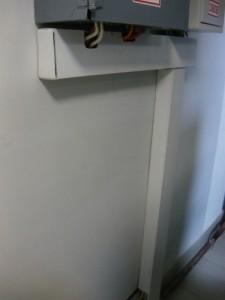 Смонтированные и закрытые крышками кабель-каналы
