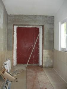 Укладка плитки на стены и на пол перед тамбуром