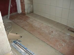 Укладка плитки одновременно в тамбуре и коридоре или в прихожей: