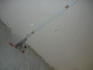 Прорезанный гипсокартон на крыше в коридоре