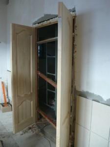 Дополнительная фиксация дверной коробки при помощи реек