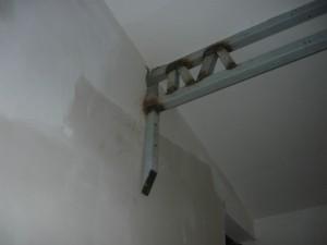 Дополнительное крепление фермы к стене через костыль на анкера