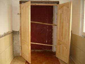 Фиксация установленных дверей в проеме построенного тамбура