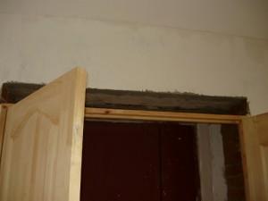 Ниша над дверной коробке, образовавшаяся после установки дверной коробки