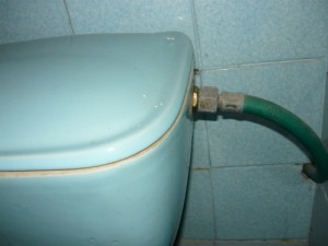 Установленный клапан с подсоединенным шлангом высокого давления