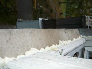 Заделка монтажной пеной щелей между оконной рамой и стеной