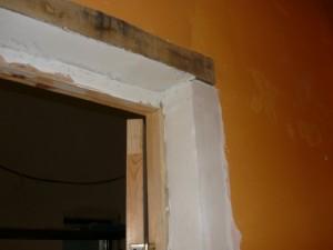 Шпаклевка поверхностей дверного косяка