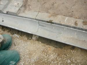 Заделка места стыковки желобов цементным раствором с сеткой