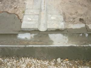 Заделка цементным раствором соединения желобов