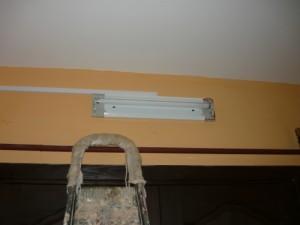 Закрепленный светильник на стене