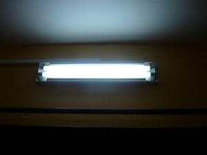 Включенный люминесцентный светильник ЛПО31-2х18-001-1Р-20-КС с электронным балластом 220/50 Гц