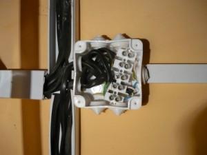 Размещение проводов и колодки в соединительной коробке