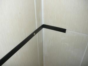 Прикрученная полоса к стене с загибом на угол