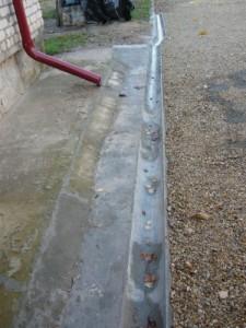 Организация слива воды вдоль отмостки дома