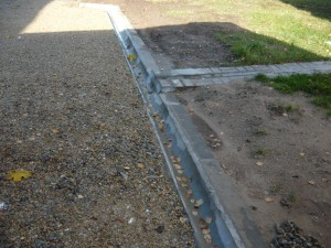 Отвод воды по поверхности вдоль бардюра