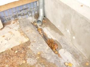 Организация слива воды из трубы непосредственно в водоотводной желоб