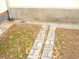 Организация слива дождевой воды с другой трубы по отводному желобу