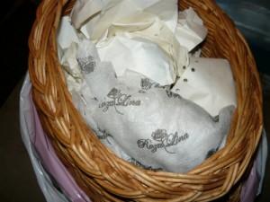 Вид на уложенные для хранения яблоки в корзине