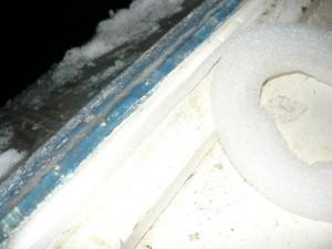 Проклейка пористым уплотнителем паза в окне рядом с плотным