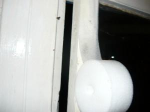 Оклейка плоским уплотнителем между оконными рамами