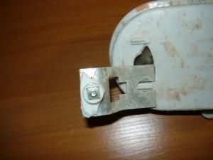 Выломанное крепление в корпусе светильника