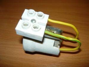 Смонтированные на кронштейне колодка, провода и патрон